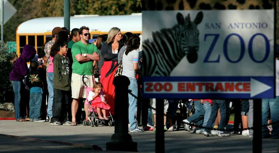 A line of people wait to enter the San Antonio Zoo last year during Spring Break. Photo: Express-News File Photo
