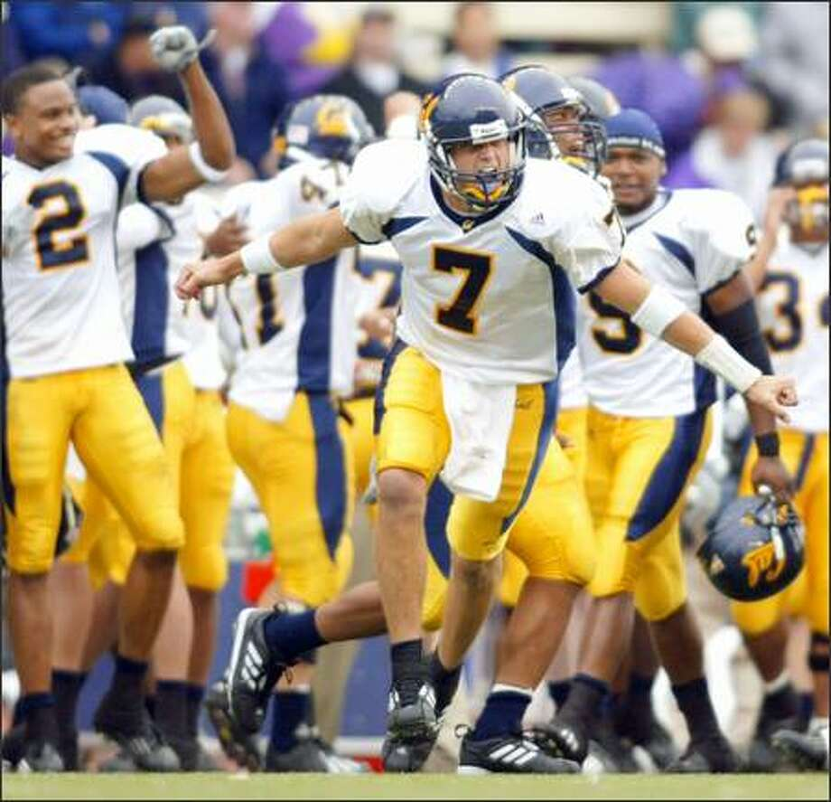 California quarterback Kyle Boller (7) and his teammates react to the 34-27 win over Washington. Photo: / Associated Press