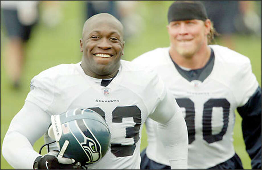 Pro Bowl defensive tackle John Randle, gearing up for his first game of the season, races Chad Eaton to the Seahawks locker room. Photo: Grant M. Haller/Seattle Post-Intelligencer