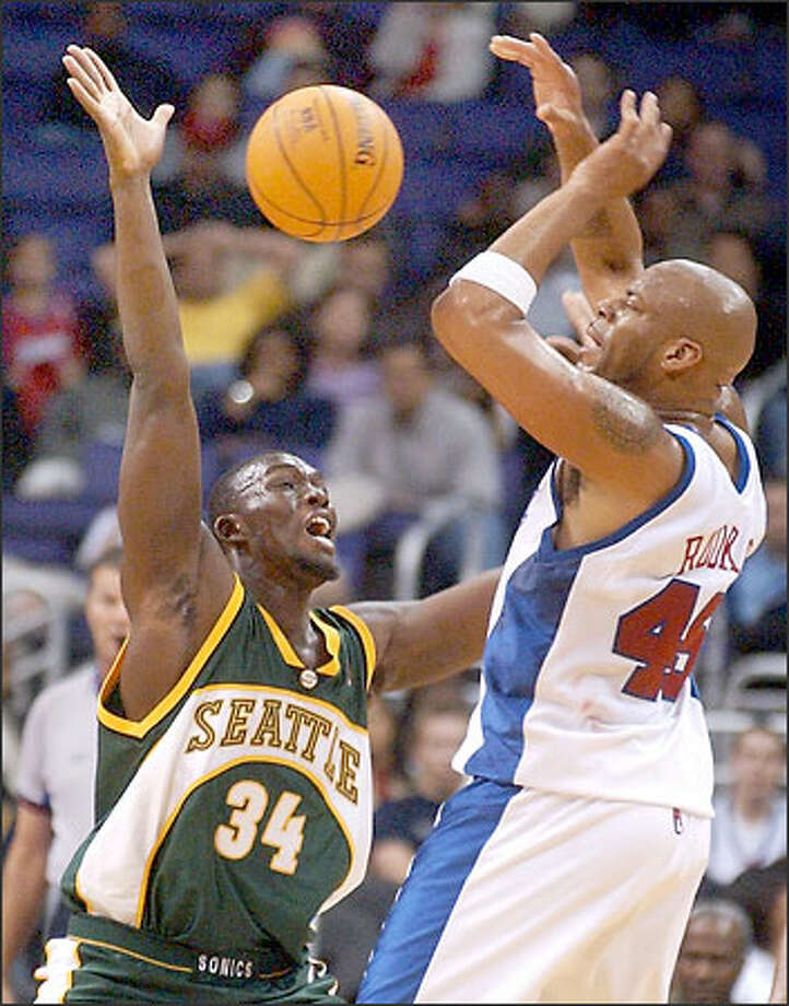 Reggie Evans of the Sonics fouls the Clippers' Sean Rooks in the first half. Photo: Associated Press