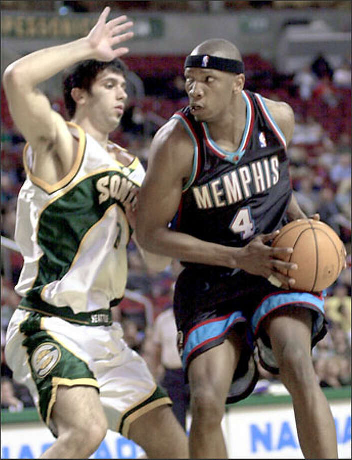 Vladimir Radmanovic, who rallied the Sonics in the third quarter, defends on a drive by Memphis' Stromile Swift. Photo: / Associated Press
