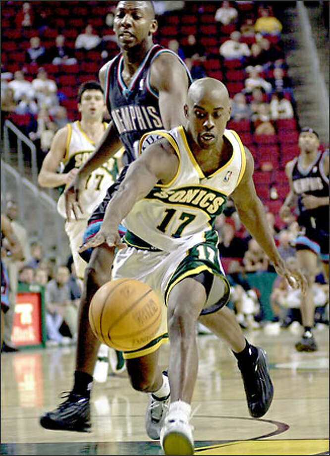 Kenny Anderson, running down a loose ball in front of the Grizzlies' Wesley Person on Monday, will be a backup after starting for the past 10 years. Photo: / Associated Press
