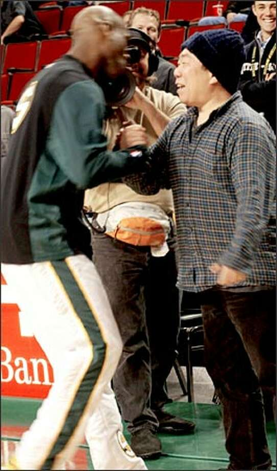 Gary Payton and Kim Il Zong bond before Tuesday night's Sonics game at KeyArena. Photo: Grant M. Haller/Seattle Post-Intelligencer