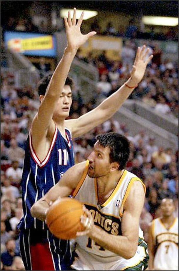 Seattle's Predrag Drobnjak finds 7-5 Yao Ming a formidable obstacle in the second quarter. Photo: / Associated Press