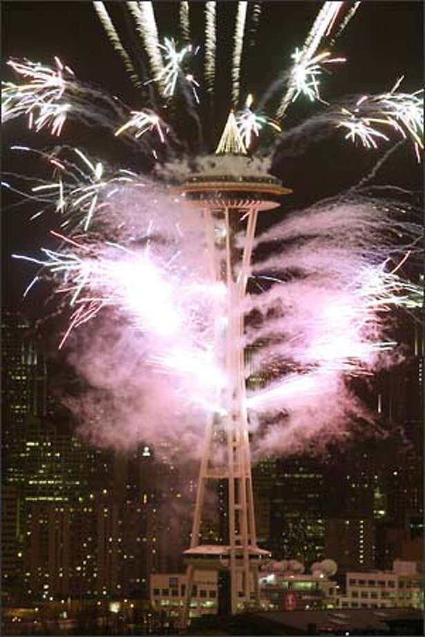 Last night's fireworks spectacular at the Seattle Center's Space Needle impressed thousands gathered below. Photo: Jim Bryant/Seattle Post-Intelligencer