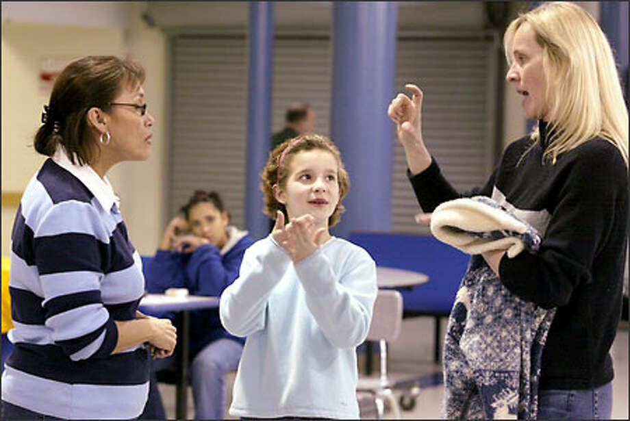 Maggie Szynkowski, right, and her daughter, Rebecca, 10, talk with Dorthy Taft. The Szynkowskis are deaf and were taking part in a competition at Federal Way High School. Photo: Jim Bryant/Seattle Post-Intelligencer