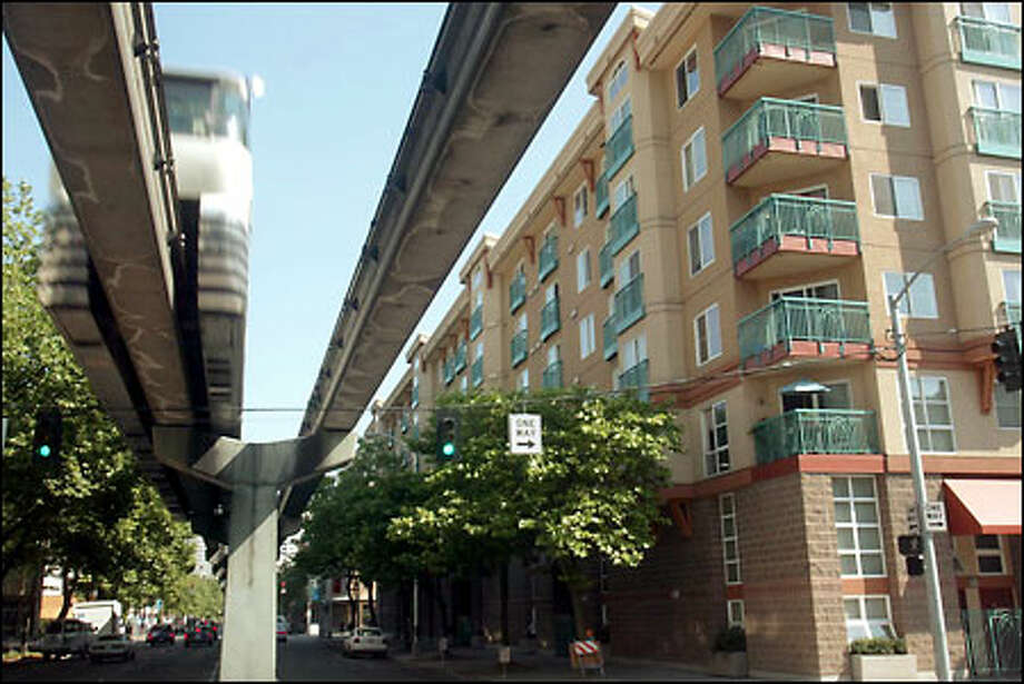 The World's Fair monorail zips past the Fountain Court apartments in Belltown. Photo: Grant M. Haller/Seattle Post-Intelligencer