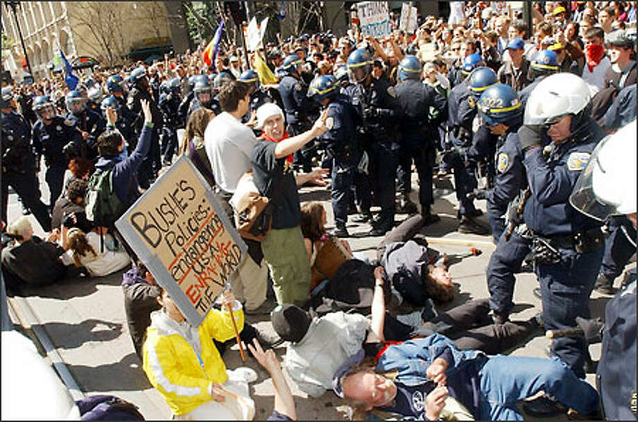 Protesters square off with police during an anti-war march in dowtown San Francisco yesterday. About 150 people were arrested on the third straight day of protests. Photo: / Associated Press