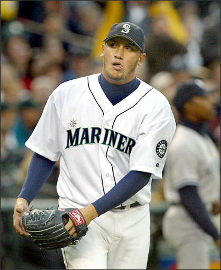 Freddy Garcia glances into the dugout during his disastrous third inning against the Yankees. He saw Bob Melvin coming out with the hook. Photo: Scott Eklund/Seattle Post-Intelligencer
