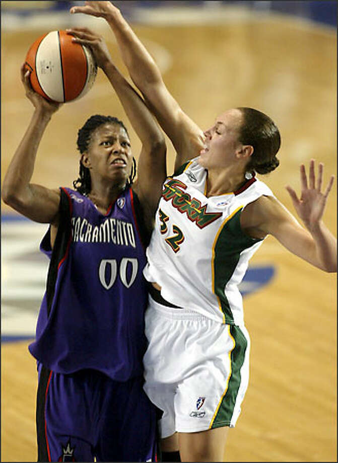 Adia Barnes blocks a shot by Sacramento's La'Keshia Frett in a preseason game May 11. Photo: Meryl Schenker/Seattle Post-Intelligencer