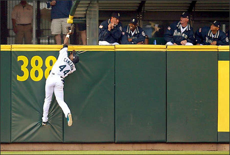 """Center fielder Mike Cameron robs Minnesota's Torii Hunter of a three-run homer in the first. """"Cameron loves making those plays,"""" manager Bob Melvin said. Photo: Mike Urban/Seattle Post-Intelligencer"""