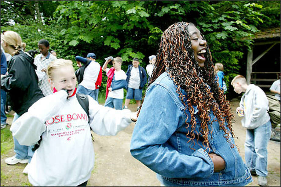 Jewel Slaughter, who lets sixth-grader Sherity Schambeau examine her braids at camp, beat the odds by staying in school. Photo: Paul Joseph Brown/Seattle Post-Intelligencer