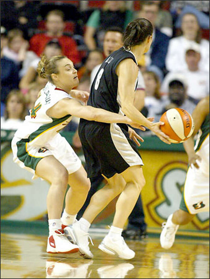 Storm guard Tully Bevilaqua, left, knocks the ball away from San Antonio Silver Stars guard Jennifer Azzi. Photo: David Bitton/Seattle Post-Intelligencer