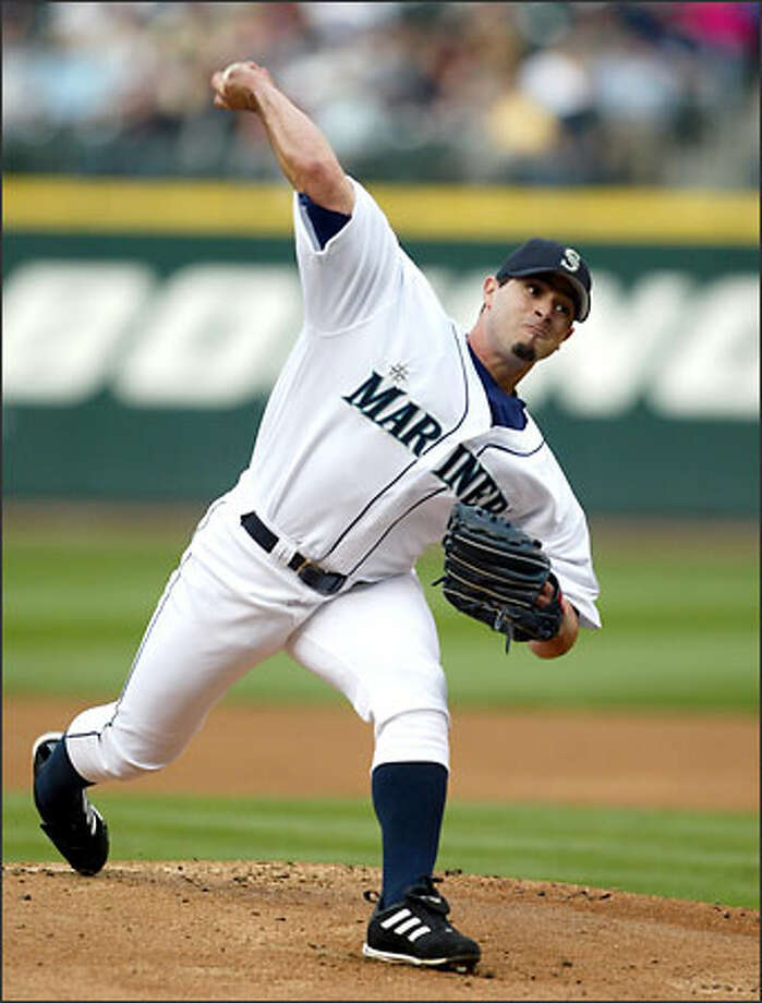 Mariners starter Joel Pineiro delivers a pitch in the first inning. Pineiro threw 102 pitchers in six innings, yielding five hits and four walks. Photo: DAVID BITTON/P-I