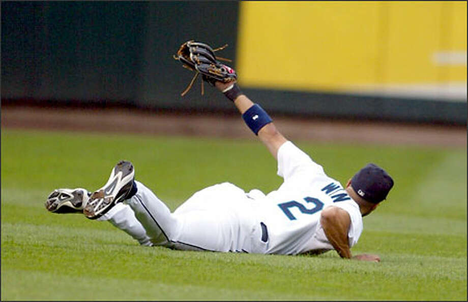 Randy Winn raises his glove after making a diving catch in the second inning last night at Safeco Field. Photo: David Bitton/Seattle Post-Intelligencer