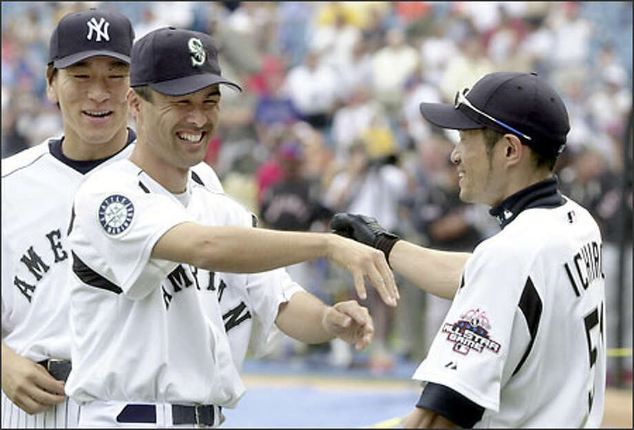 Shigetoshi Hasegawa, center, shares a laugh with Mariners teammate Ichiro Suzuki as Yankees slugger Hideki Matsui looks on during All-Star warm-ups. Photo: MARK DUNCAN/AP