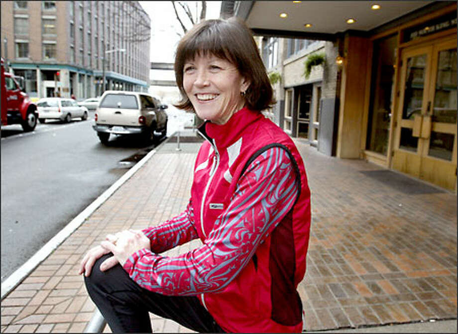 Regina Joyce stretches near her Pioneer Square office before taking a lunch-hour run along the waterfront. Photo: Scott Eklund/Seattle Post-Intelligencer