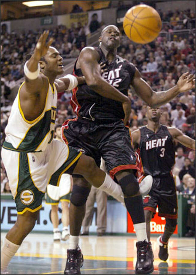 Danny Fortson tangles with Miami center Shaquille O'Neal. Fortson came up with 18 points and 10 rebounds. Photo: Joshua Trujillo/Seattle Post-Intelligencer / Seattle Post-Intelligencer