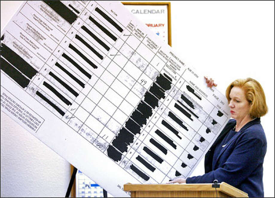 Jenny Durkan, a lawyer for the Democrats, hauls out a display board for the judge to see at the pretrial hearing yesterday in Wenatchee. Photo: Don Seabrook/The Wenatchee World / THE WENATCHEE WORLD