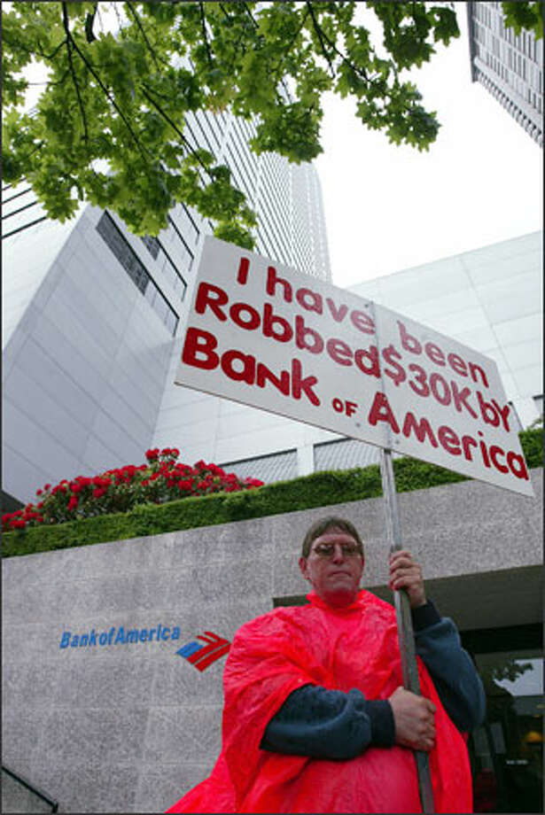 Thomas Smart pickets in front of the Bank of America building in downtown Seattle, hoping to get someone from the bank to talk to him again. Photo: Paul Joseph Brown/Seattle Post-Intelligencer / SEATTLE POST-INTELLIGENCER