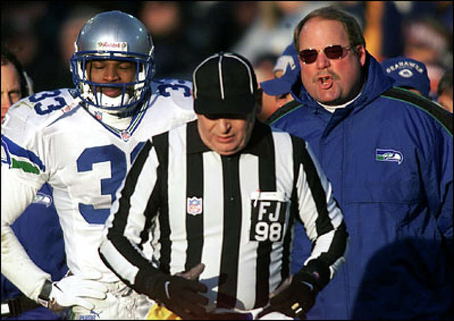 Seahawks coach Mike Holmgren has a mouthful for field judge Bill  Lovett after Darryl Williams (left) was called for pass interference at the end of the second  quarter. Photo: Dan DeLong, Seattle Post-Intelligencer