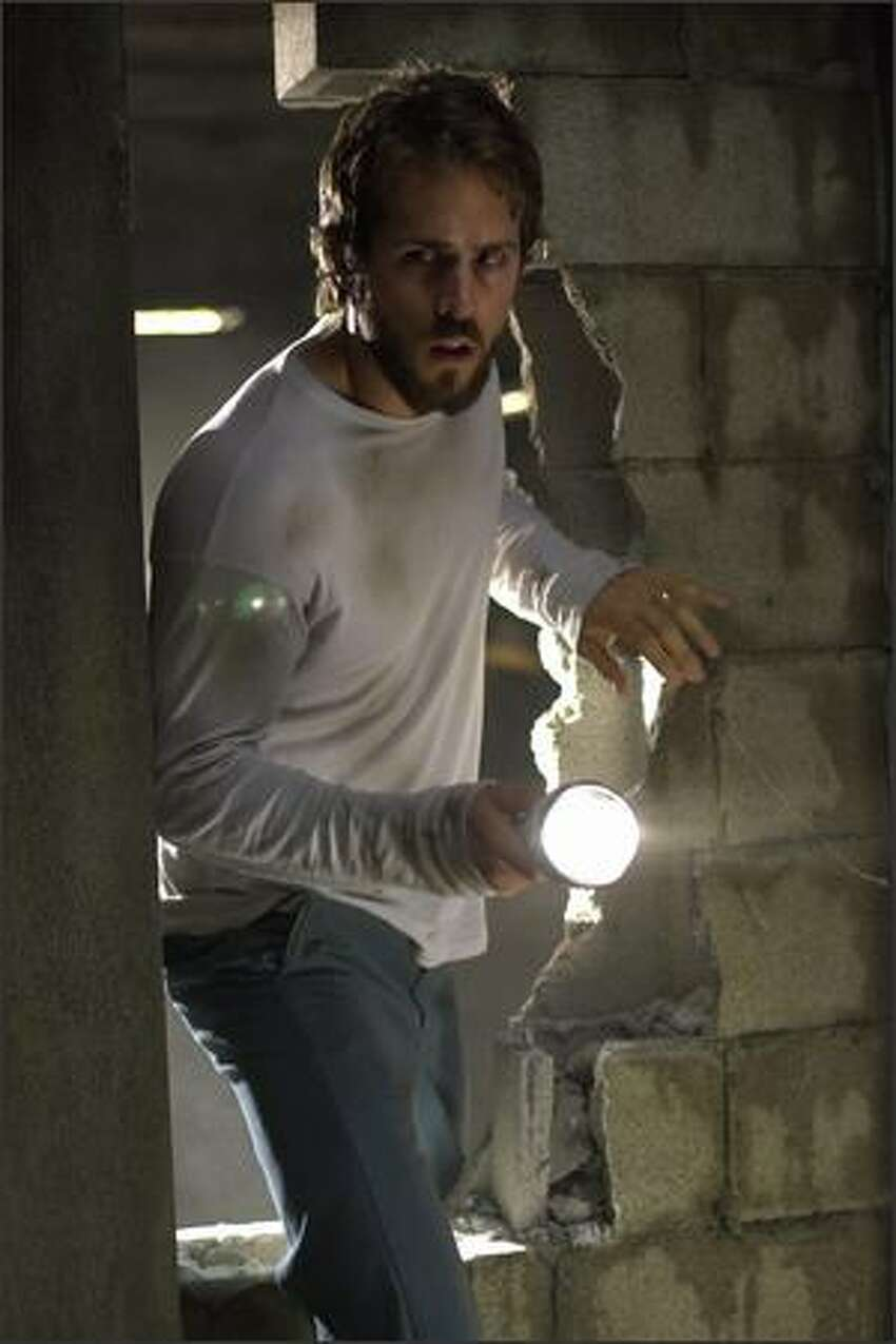 George Lutz (Ryan Reynolds) discovers a secret room in the basement.