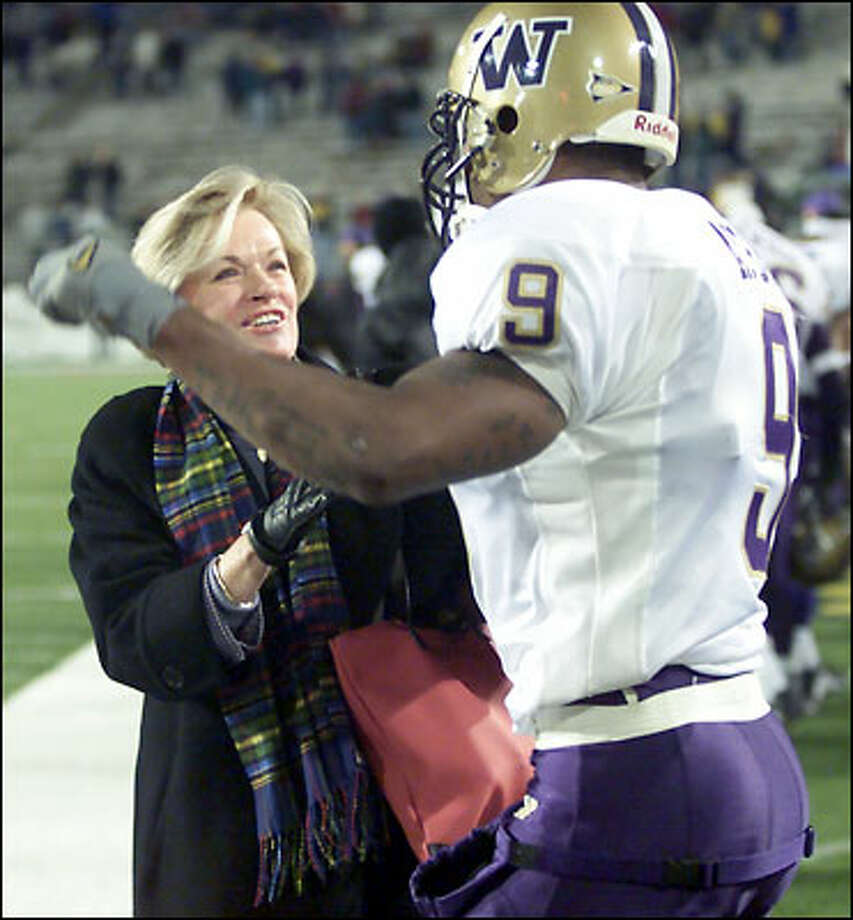 Barbara Hedges congratulates Hakim Akbar (9) at end of game. Photo: Grant M. Haller, Seattle Post-Intelligencer