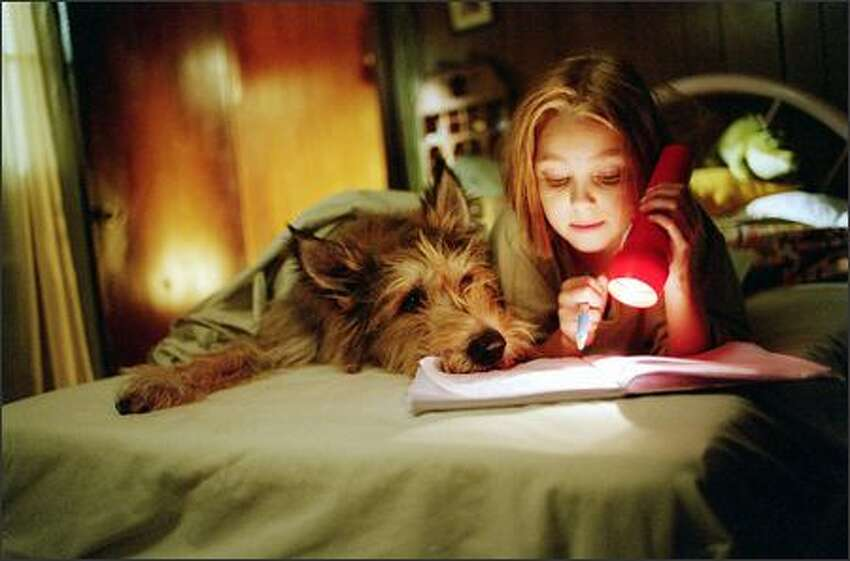 Opal (AnnaSophia Robb) forms a fast friendship with a stray dog she has rescued and named Winn-Dixie.