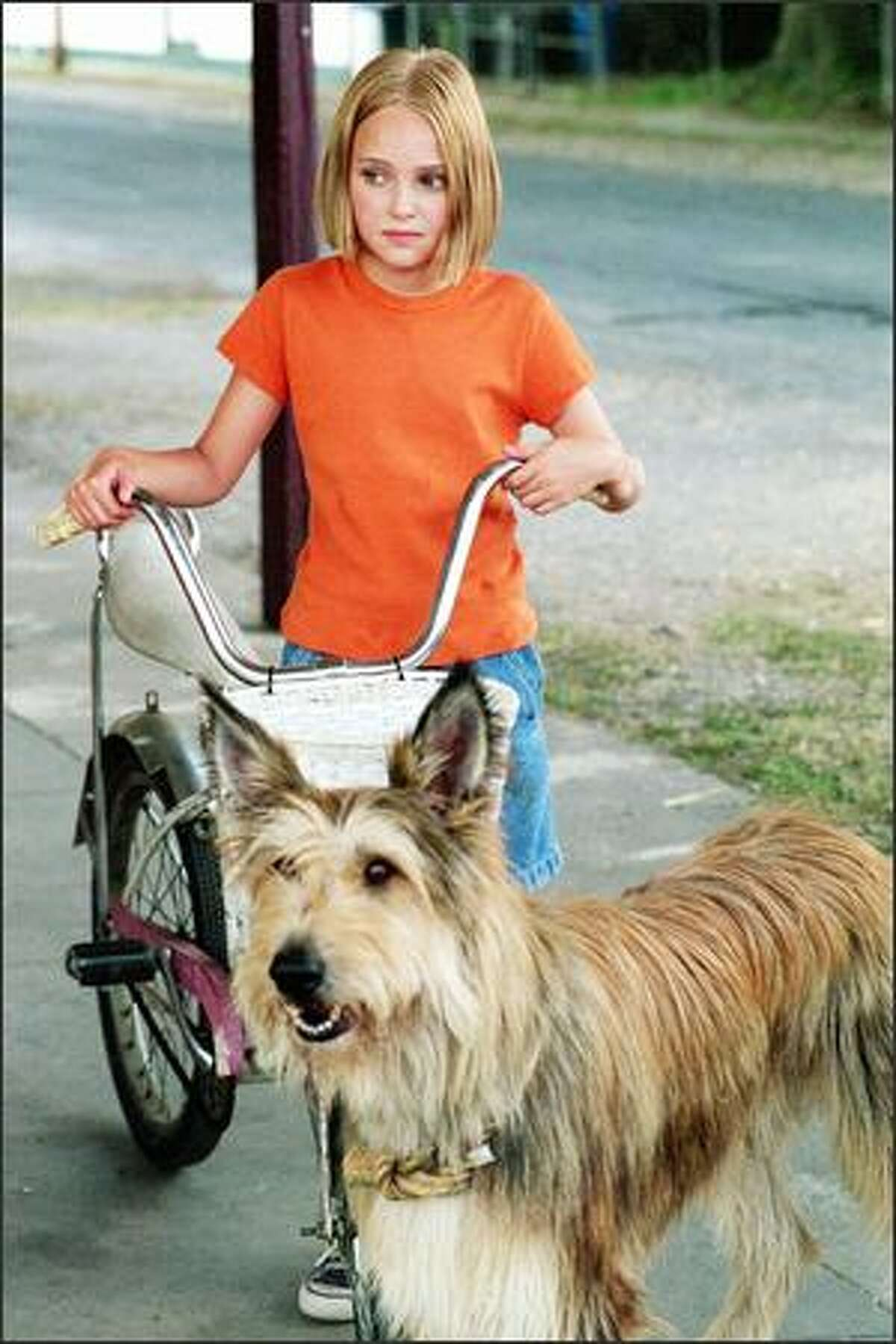 Opal (AnnaSophia Robb) and her new best friend Winn-Dixie are inseparable as they begin the work of transforming their southern town.