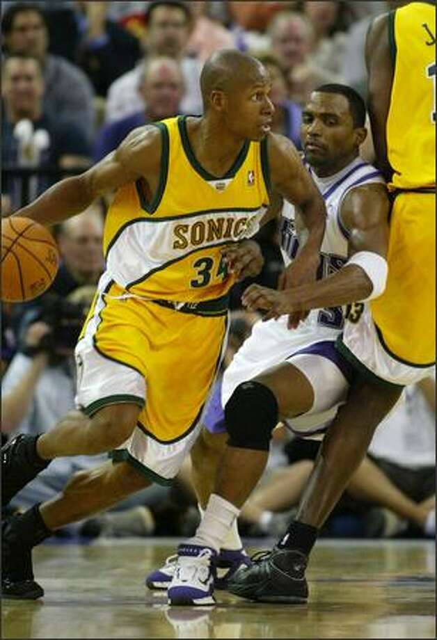 Ray Allen drives around Sacramento's Cuttino Mobley. Photo: Gilbert W. Arias, Seattle Post-Intelligencer