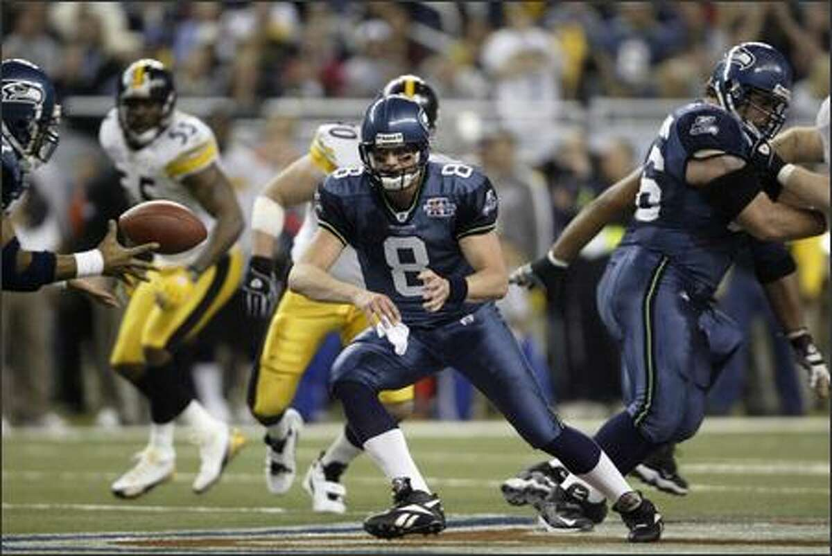 Matt Hasselbeck pitches to Shaun Alexander in the fourth quarter.