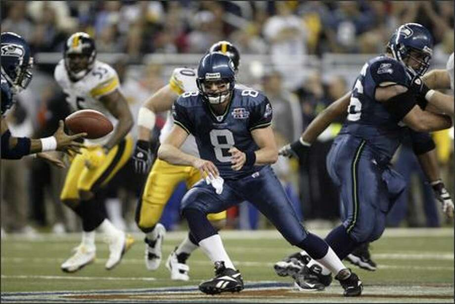 Matt Hasselbeck pitches to Shaun Alexander in the fourth quarter. Photo: Mike Urban, Seattle Post-Intelligencer