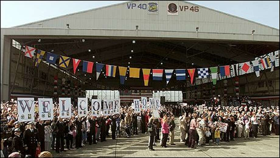About 7,000 people showed up at NAS Whidbey for the crew's return. Photo: Paul Kitagaki Jr., Seattle Post-Intelligencer