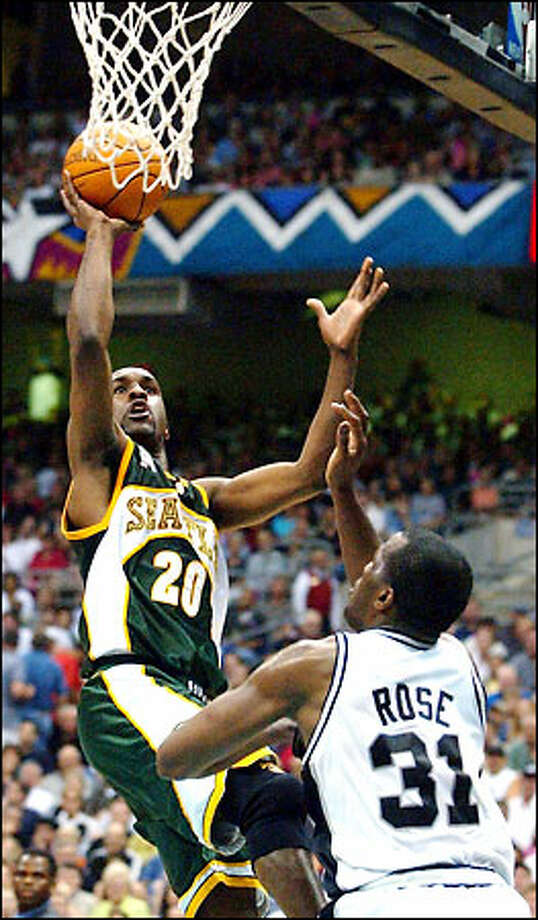 Gary Payton shoots over San Antonio's Malik Rose during the second quarter. Photo: San Antonio Express-News