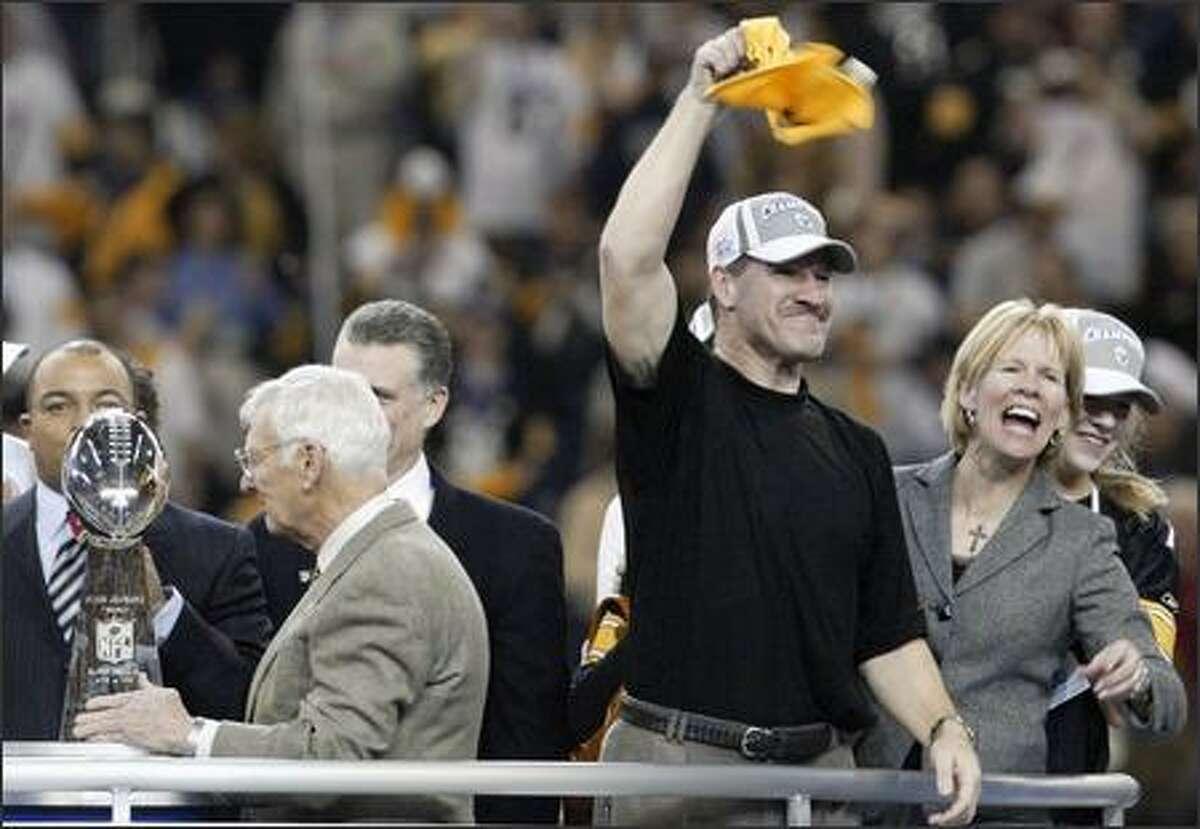 Pittsburgh coach Bill Cowher waves a