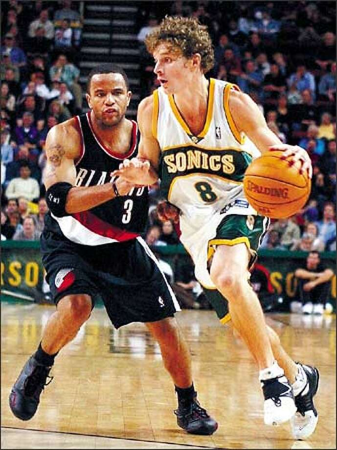 Sonics Luke Ridenour goes past Blazers Damon Stoudamire in the 2003-04 season. Photo: Paul Joseph Brown, Seattle Post-Intelligencer