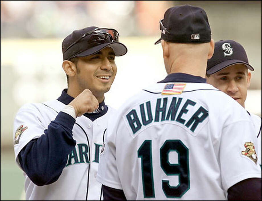 Carlos Guillen jokes with Jay Buhner before the ALCS Game 1, Oct. 17, 2001. Photo: Paul Kitagaki Jr., Seattle Post-Intelligencer