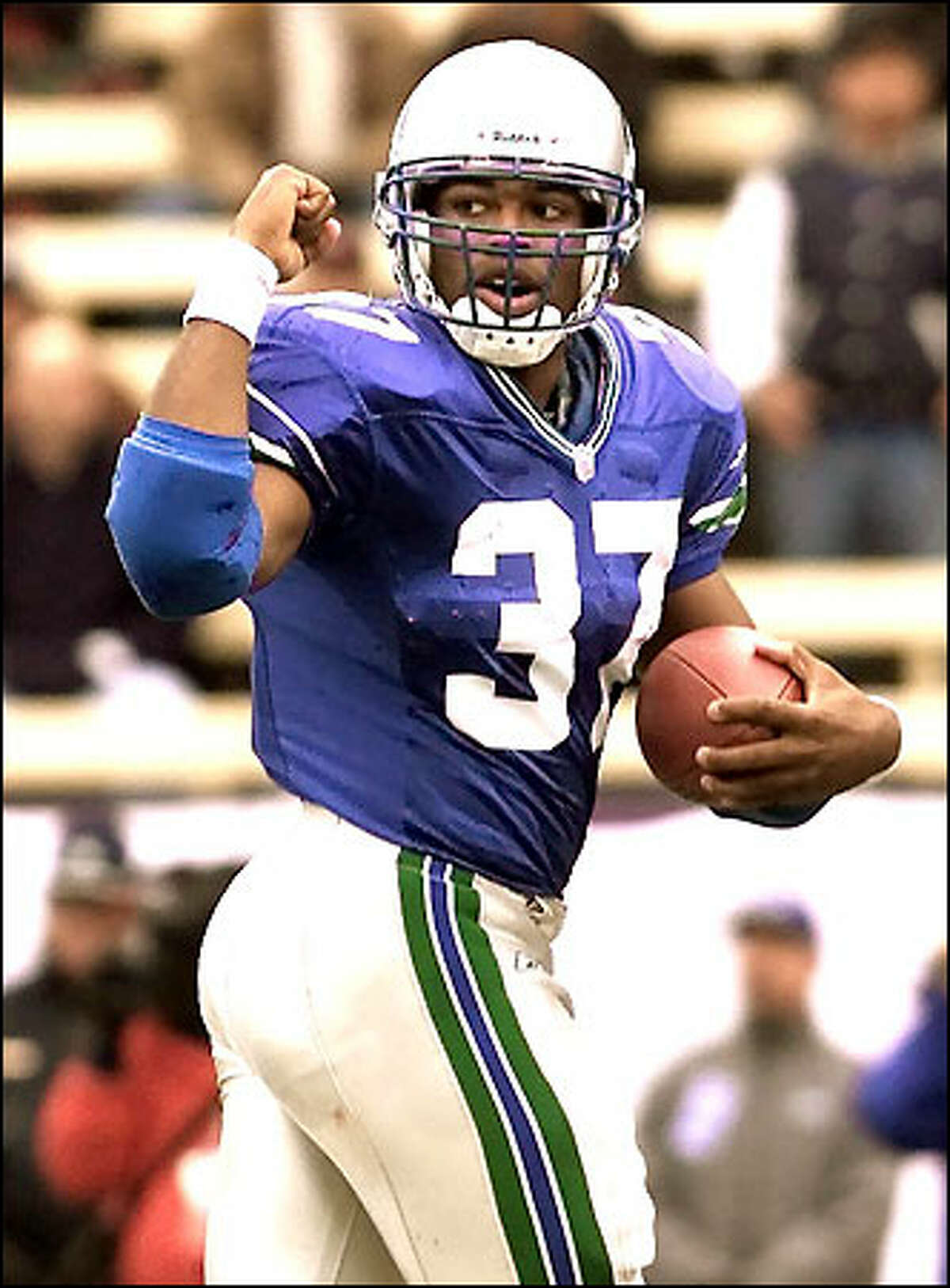 Seahawks' Shaun Alexander scores from one yard out against the Chargers in the first quarter of play at Husky Stadium.
