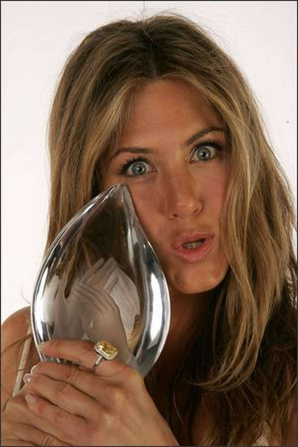 Actress Jennifer Aniston poses in the portrait studio with her Favorite Female Movie Star Award during the 33rd Annual People's Choice Awards held at the Shrine Auditorium on January 9, 2007 in Los Angeles, California.