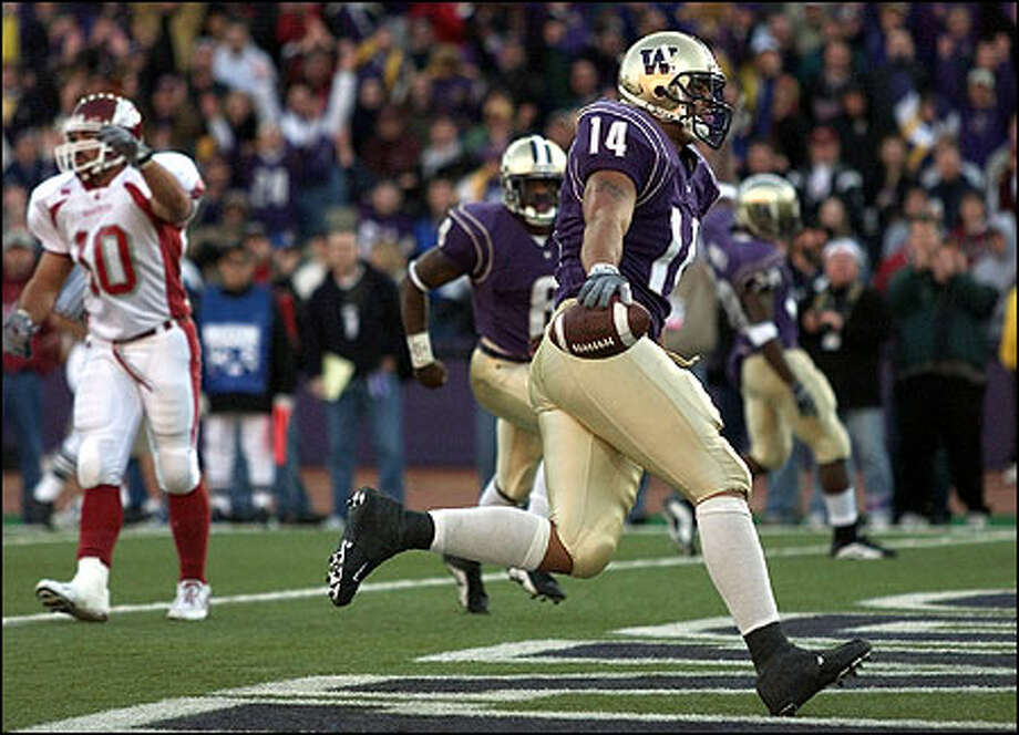 Washington's Jerramy Stevens steps into the endzone after a 7 yards over the middle TD pass for the final touchdown of the game in Washinton's 26-14 win over WSU. Photo: Paul Kitagaki Jr., Seattle Post-Intelligencer
