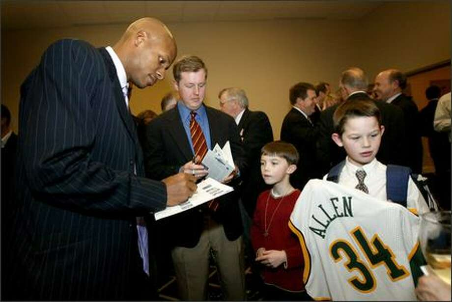 Sonics star Ray Allen signs autographs for Drew Branley, 9, right, and his brother, Beau, 7, center, during the P-I Sports Star of the Year awards banquet. Photo: Joshua Trujillo, Seattlepi.com