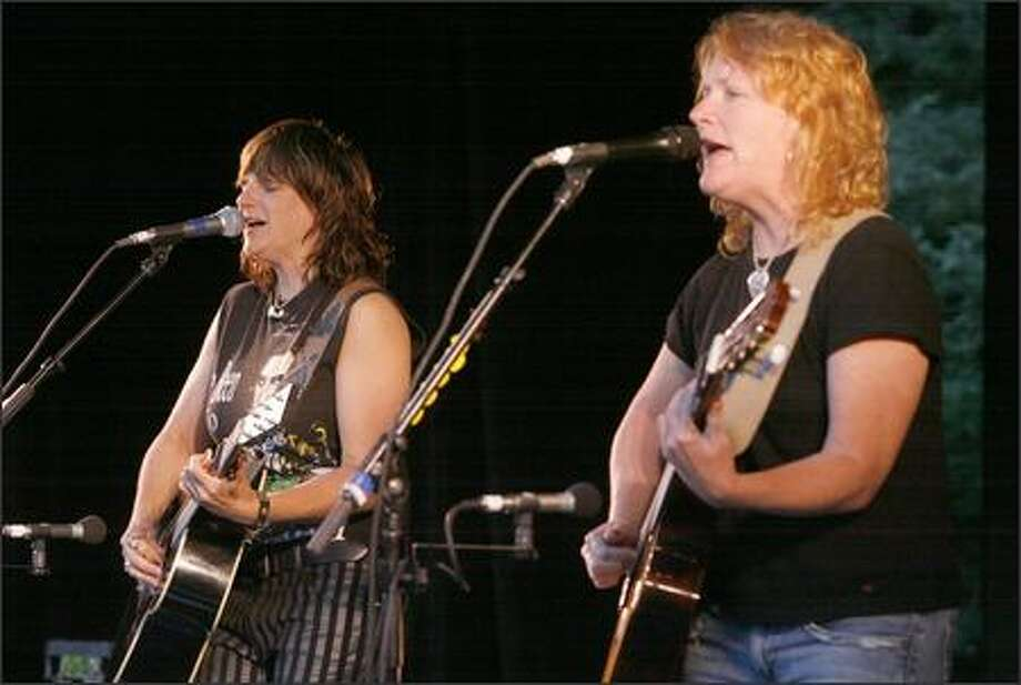 "The Indigo Girls -- Amy Ray, left, and Emily Saliers -- sing ""Pendulum Swinger"" at the Woodland Park Zoo. Photo: Grant M. Haller, Seattle Post-Intelligencer"