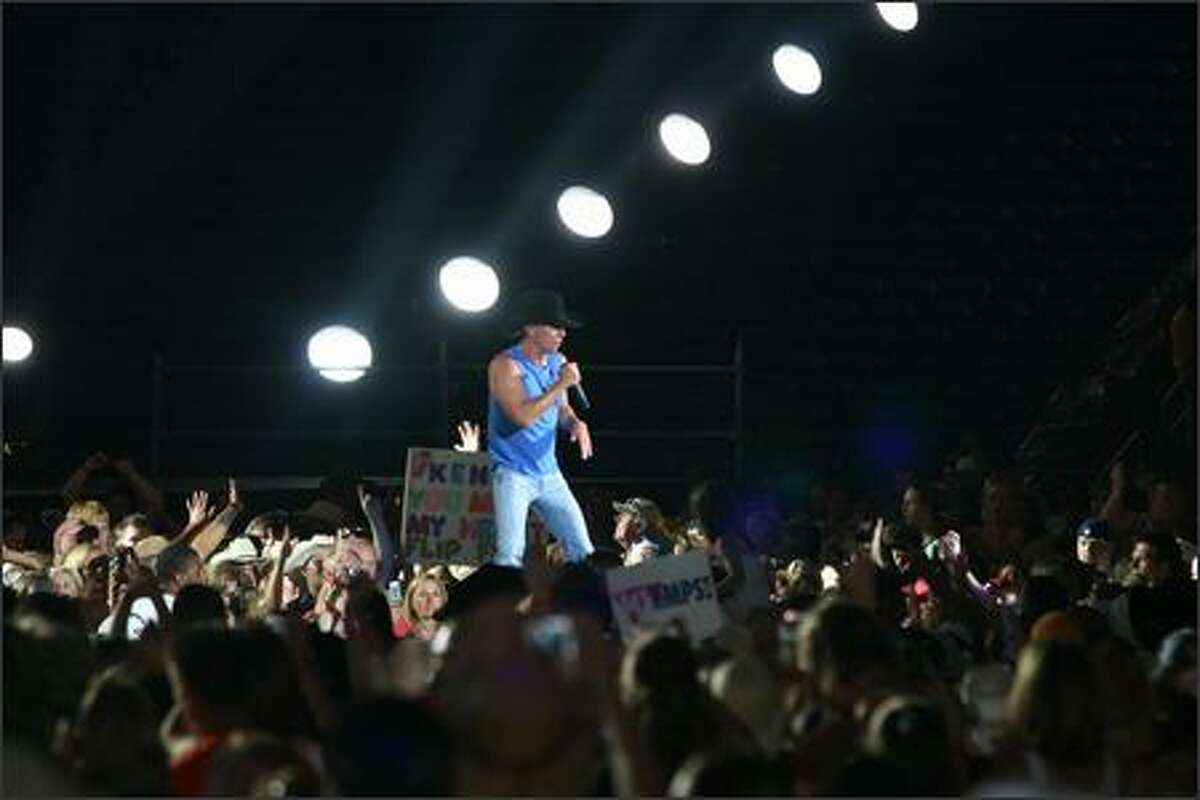 Kenny Chesney sings in the middle of Quest field.