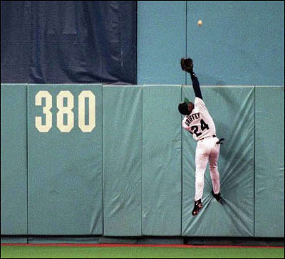 Ken Griffey Jr. finds Chad Curtis' ball out of reach at the wall. Photo: Mike Urban, Seattle Post-Intelligencer