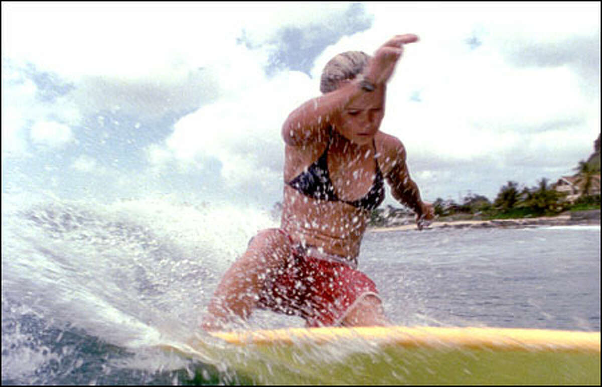 Anne Marie (Kate Bosworth) surfs the big waves.