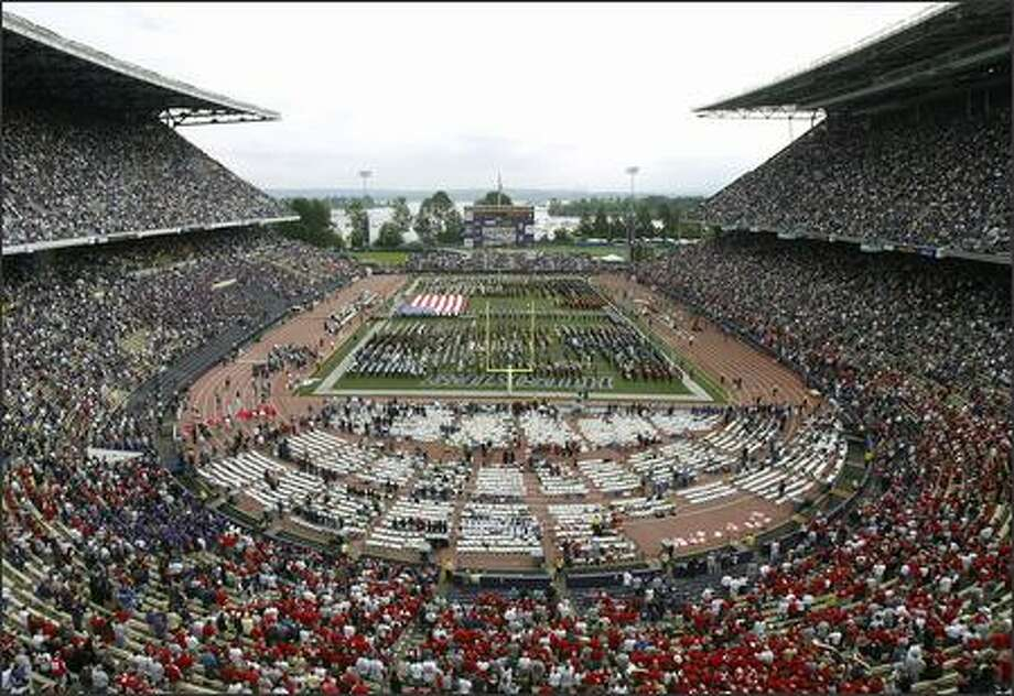 Husky Stadium was packed when Washington played Ohio State on Sept. 15, 2007.  But did the fans have any idea of just how poor a condition the stadium is in? Photo: Grant M. Haller, Seattle Post-Intelligencer