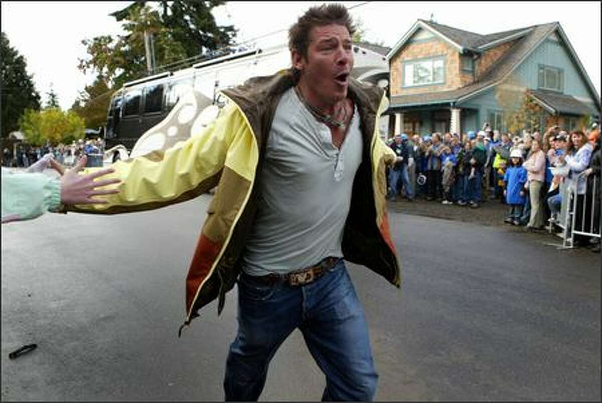 """""""Extreme Makeover: Home Edition"""" star Ty Pennington hypes up the crowd before the unveiling of the Chapin family home. (Joshua Trujillo/Seattle P-I)"""