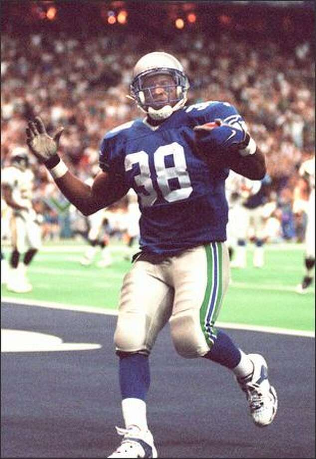 Seahawks Mack Strong scores a touchdown against the San Diego Chargers in the Kingdome on Sept. 21, 1997. (Grant M. Haller/Seattle Post-Intelligencer)