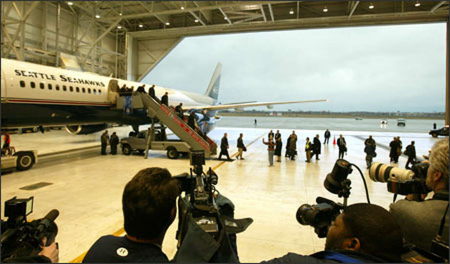 The Seahawks arrive at Detroit Metropolitan Airport's Northwest Airlines hanger on Paul Allen's private jet. Photo: Grant M. Haller/Seattle Post-Intelligencer