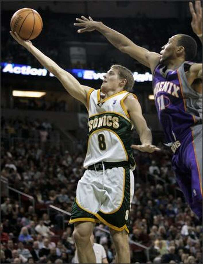The Sonics' Luke Ridnour goes to the basket as Phoenix's Shawn Marion attempts to stop him during the first half of the Suns' victory. Photo: / Associated Press